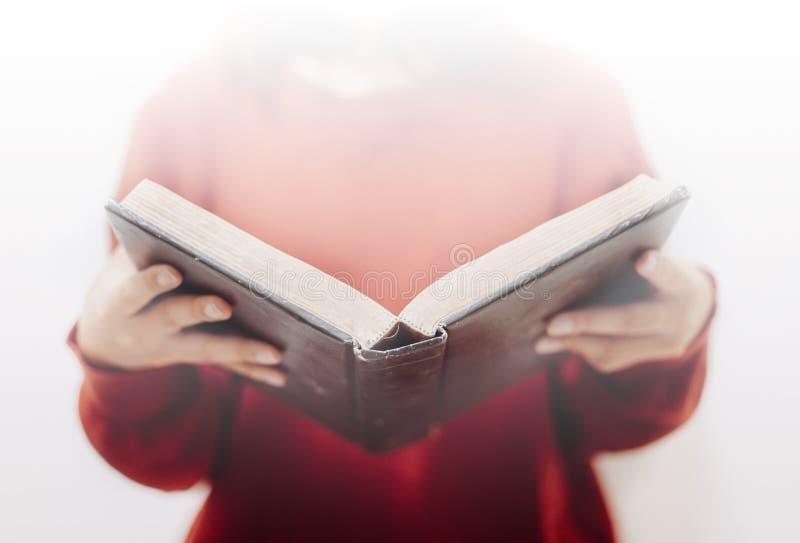 手妇女开放圣经 免版税库存图片