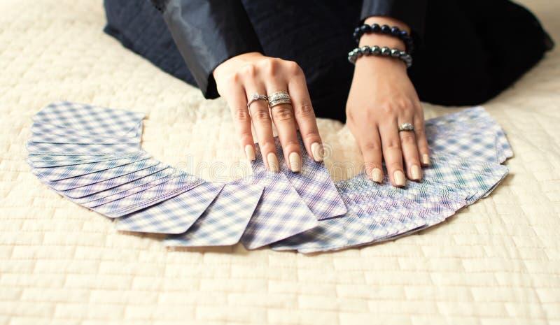 手安排占星的占卜用的纸牌 库存图片