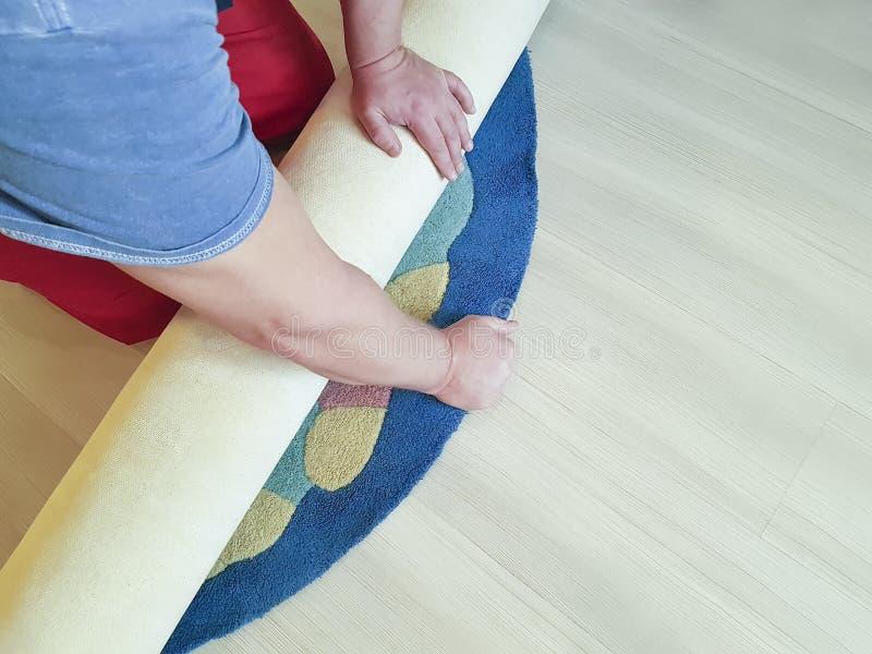 手工作,展开在房子的地板上的地毯 免版税库存图片
