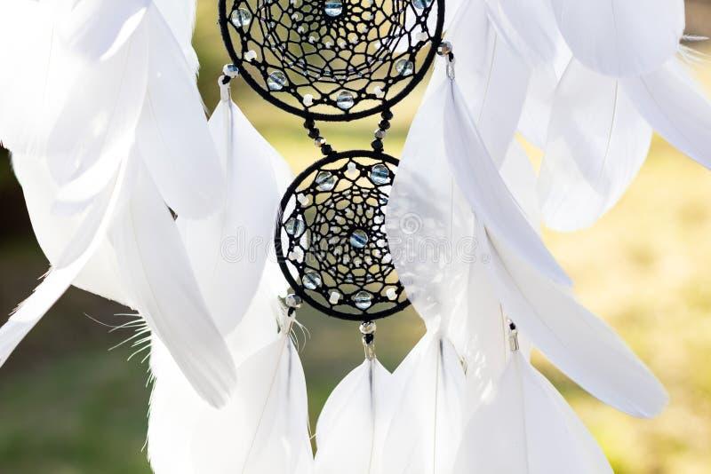 手工制作的羽毛线吊珠绳捕梦器 免版税库存图片
