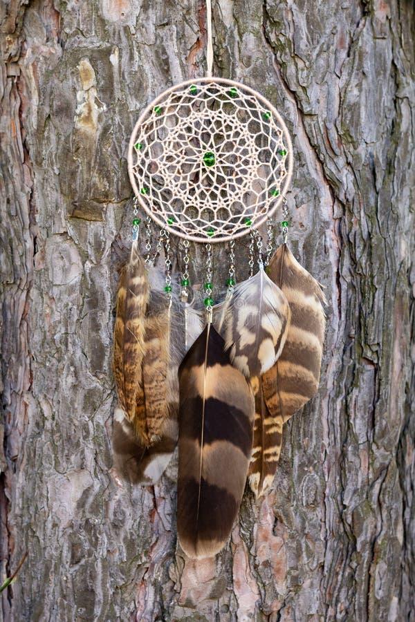 手工制作的羽毛线吊珠绳捕梦器 免版税库存照片