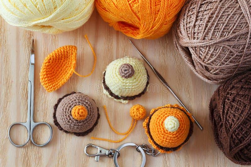 手工制造五颜六色的钩针编织戏弄甜点 免版税库存图片