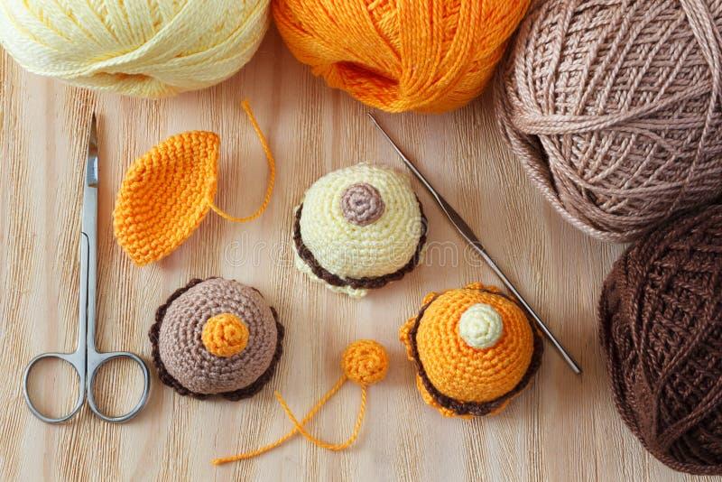 手工制造五颜六色的钩针编织戏弄甜点 免版税库存照片