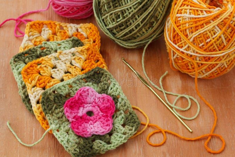 手工制造五颜六色的钩针编织老婆婆阿富汗人正方形 库存照片