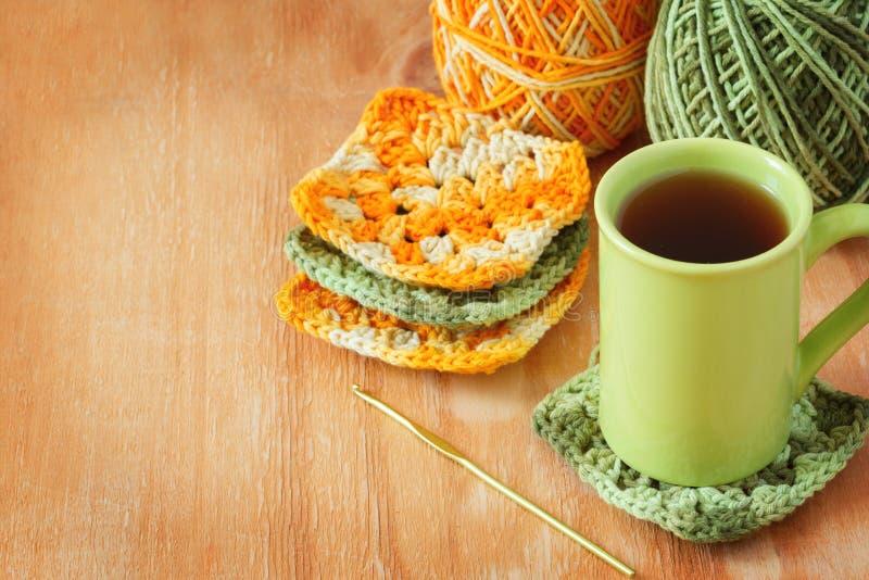 手工制造五颜六色的钩针编织老婆婆阿富汗正方形,茶 库存图片