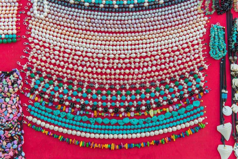手工制造五颜六色的项链和镯子从珊瑚或小珠 免版税库存照片
