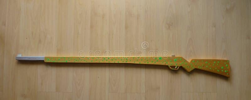 手工制造和手画木玩具步枪 图库摄影
