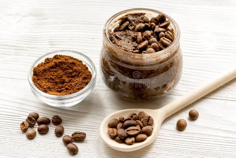 手工制造咖啡可可粉在木背景关闭洗刷  免版税库存照片