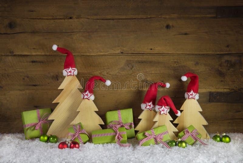 手工制造圣诞树被雕刻的和苹果绿的圣诞节presen 免版税库存图片