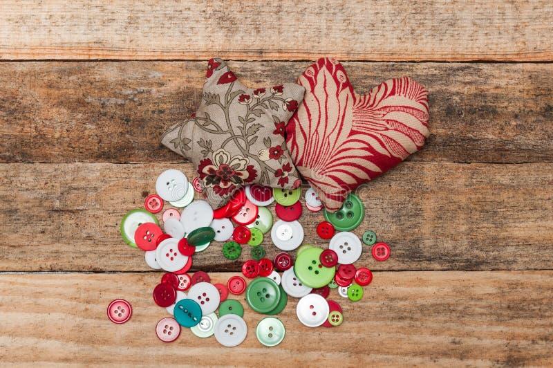 手工制造圣诞节装饰、星和心脏由织品制成 免版税图库摄影