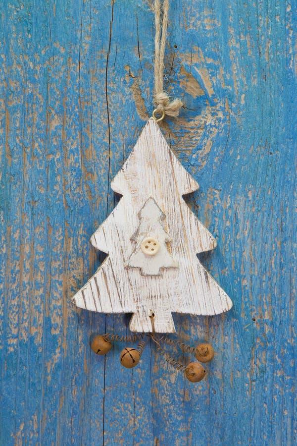 手工制造圣诞节装饰-树在一蓝色木chr雕刻了 免版税库存图片