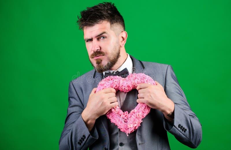 手工制造在假日听见 在蝶形领结的商人 有装饰心脏的时髦的美学家 情人节假日 爱 免版税图库摄影