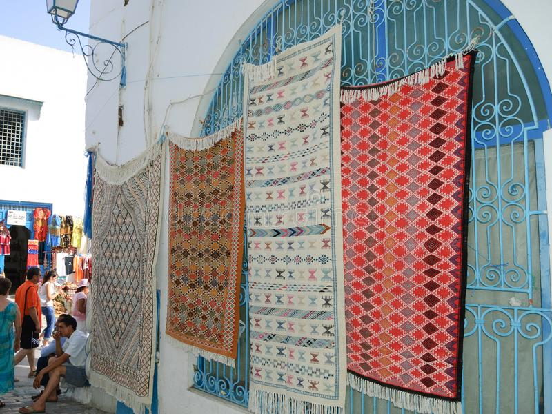 手工制造地毯在市场,突尼斯souk  免版税库存照片