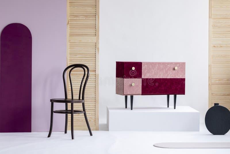 手工制造天鹅绒粉红彩笔和伯根地洗脸台在典雅的白色内部 库存图片