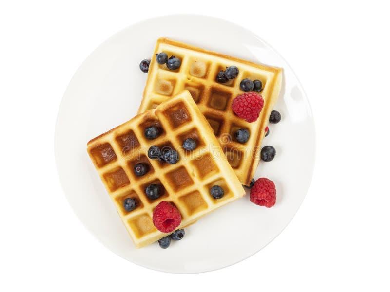 手工制造奶蛋烘饼用在白色隔绝的板材的莓果 库存图片