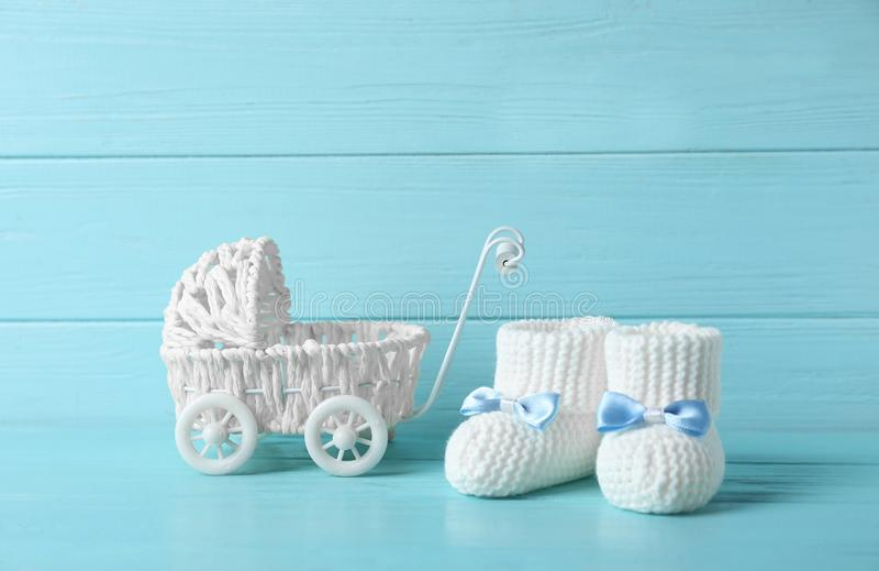 手工制造婴孩赃物和玩具儿童车在桌上反对木背景 库存照片
