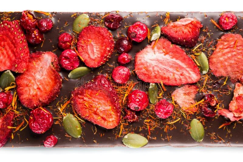 手工制造巧克力块用干蔓越桔,草莓,坚果 黑暗和牛奶巧克力混合,分类 图库摄影