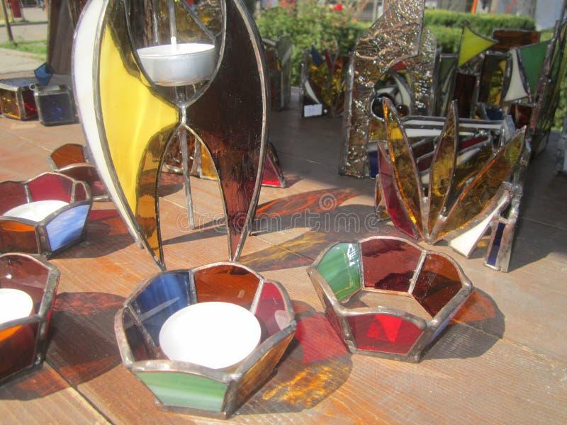 手工制造彩色玻璃装饰摘要和在Sighetu Marmatiei, Maramures,罗马尼亚中世纪节日的蜡烛台  图库摄影