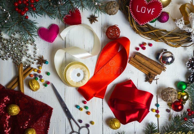 手工制造情人节、的圣诞节或婚礼装饰 油漆和diy工具在白色木头 顶视图 库存照片