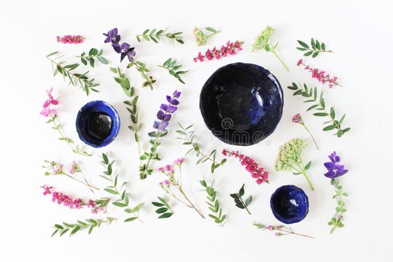 手工制造有机瓦器 陶瓷在白色桌backgound隔绝的板材和碗 夏天花卉结构的埃里卡 免版税图库摄影