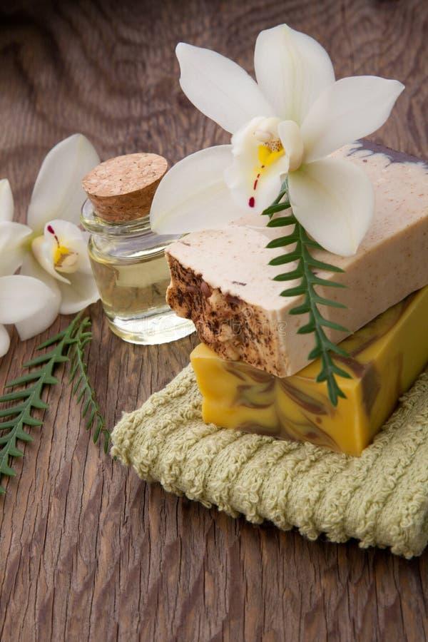 手工制造有机肥皂和兰花 库存照片