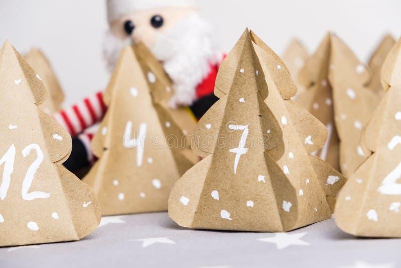 手工制造特写镜头圣诞节出现日历圣诞树牛皮纸 免版税图库摄影