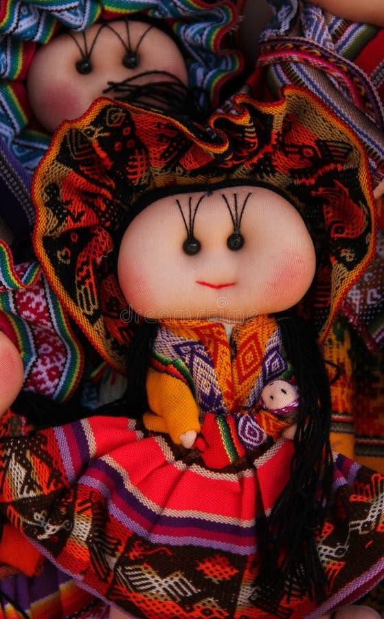 手工制造玩偶待售在市场上 免版税库存图片