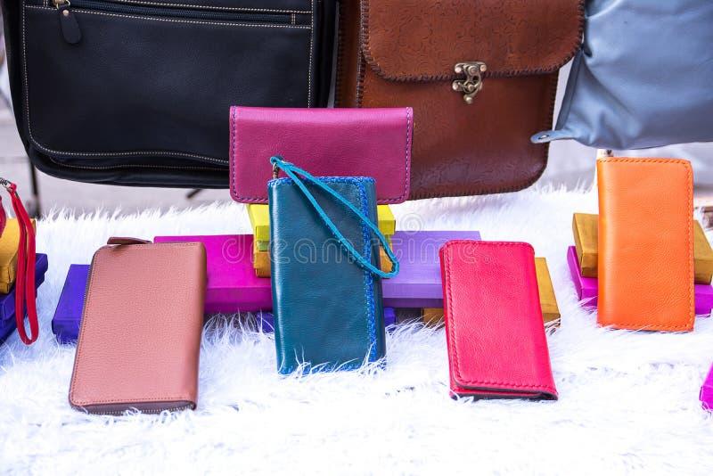 手工制造皮包和钱包在白色天鹅绒在市场上 库存照片