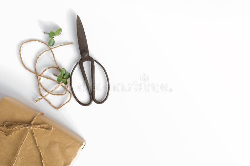 手工制造礼物盒和剪刀在白色背景 免版税库存照片