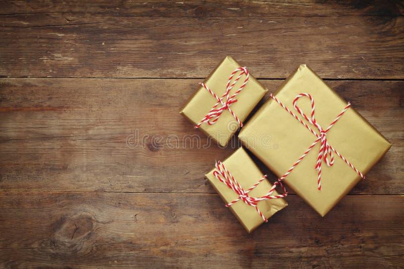 手工制造礼物盒的顶视图图象在木桌的 免版税库存照片