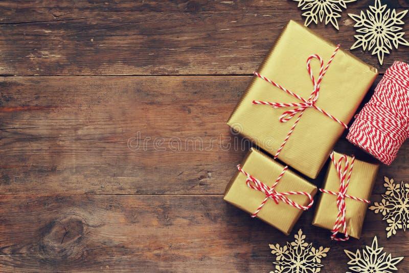 手工制造礼物盒顶视图在木桌的 库存照片