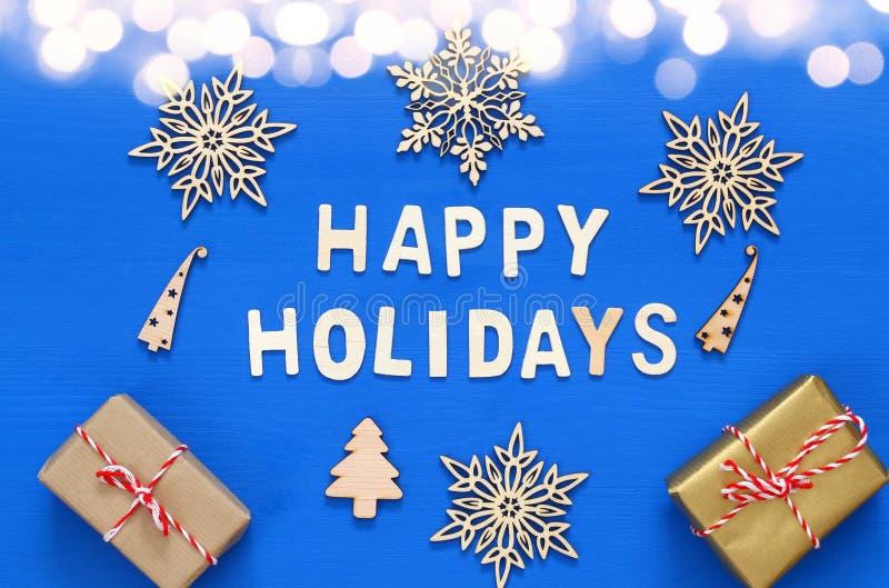 手工制造礼物盒,装饰雪花,圣诞树 免版税图库摄影