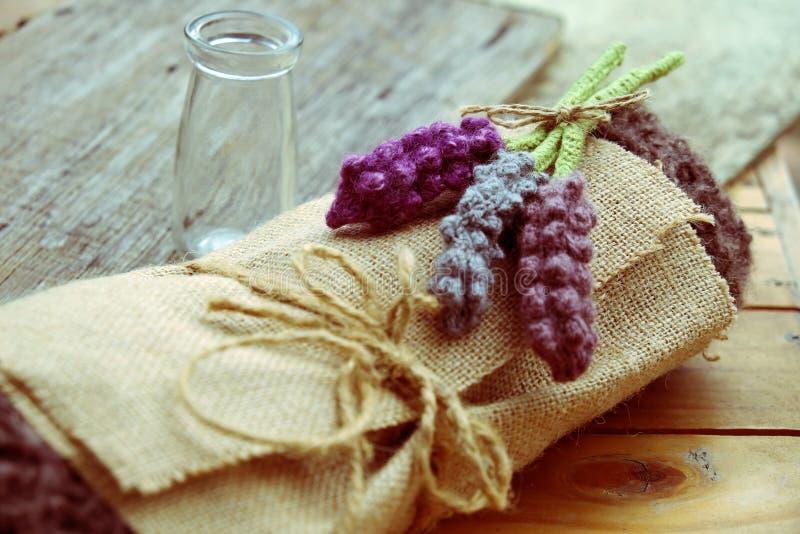 手工制造礼物,被编织的淡紫色花 库存图片