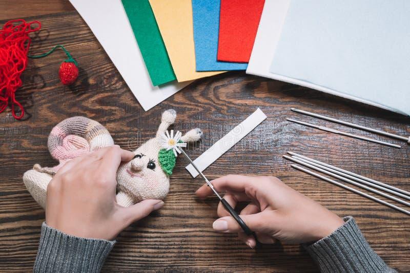 手工制造礼物 做手工制造玩具 r 在木背景的被编织的蜗牛 免版税库存照片