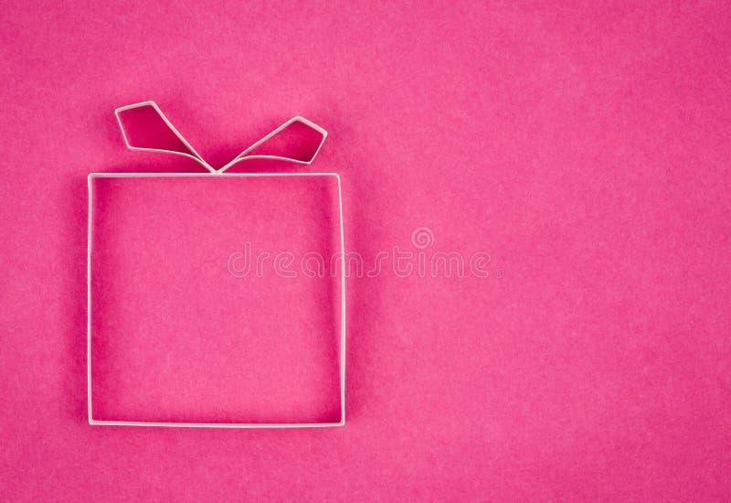 手工制造空的礼物盒,作为背景的织地不很细纸张。 图库摄影