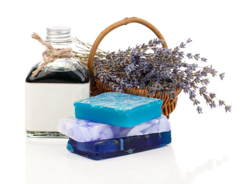 手工制造肥皂、淡紫色花和油 图库摄影