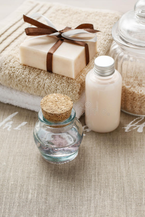 手工制造肥皂、瓶精油和瓶酒吧liqu 库存照片