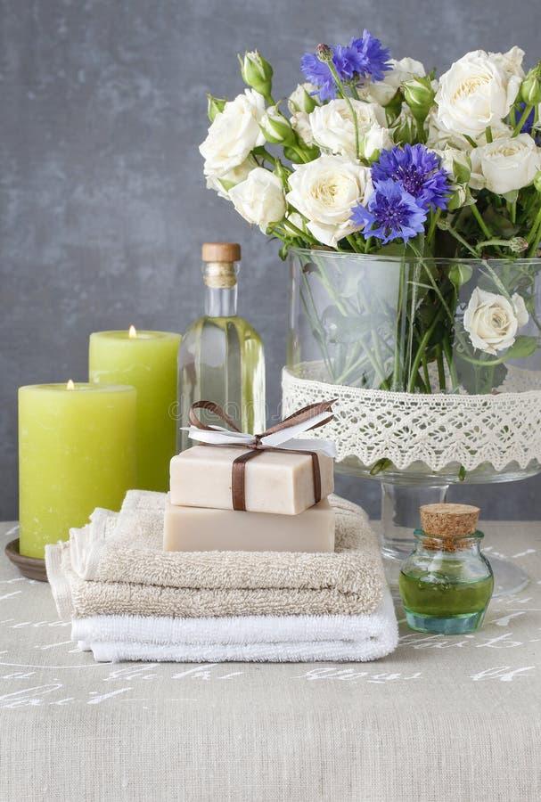 手工制造肥皂、精油和有气味的蜡烛酒吧  图库摄影