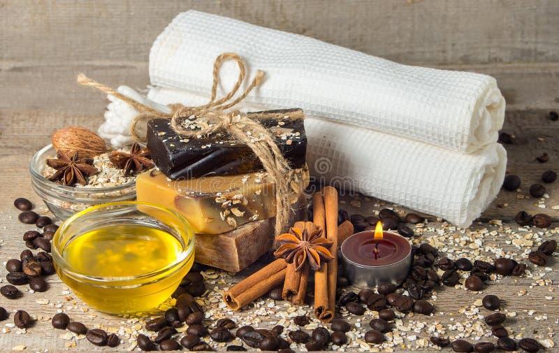 手工制造肥皂用咖啡豆和香料在一木backgroun 图库摄影