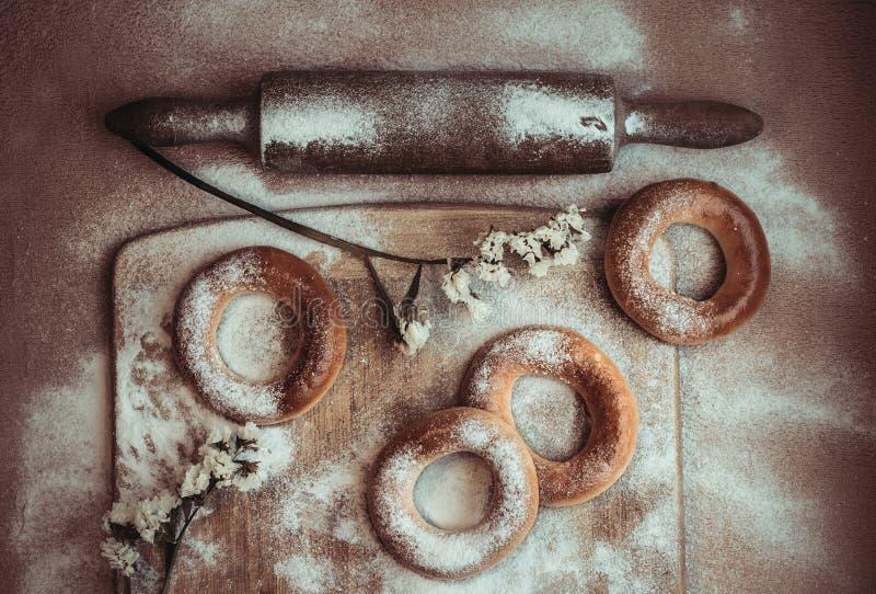 手工制造自创百吉卷 新鲜的酥皮点心用糖 库存照片
