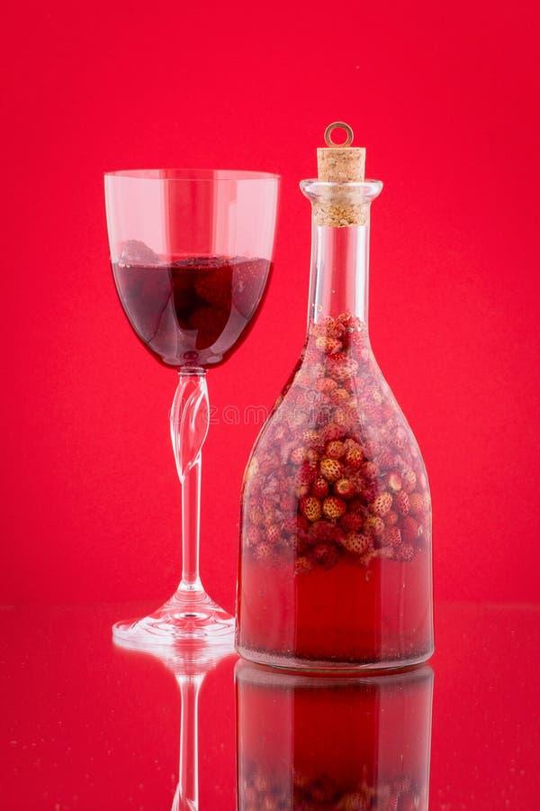 手工制造草莓利口酒,关闭 库存照片