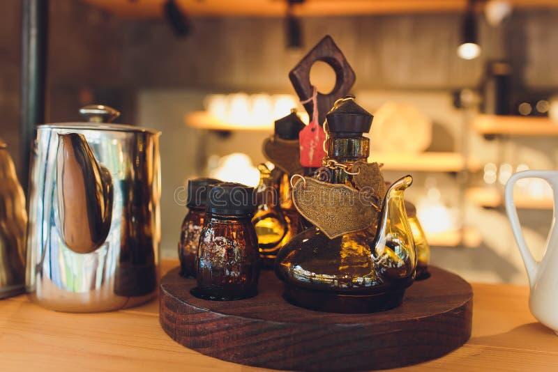 手工制造葡萄酒泰国样式瓷的咖啡杯 美丽的传统泰国五色瓷陶瓷咖啡杯 免版税库存照片