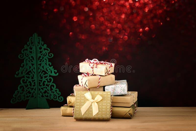 手工制造被包裹的礼物盒的图象在木桌的 库存图片