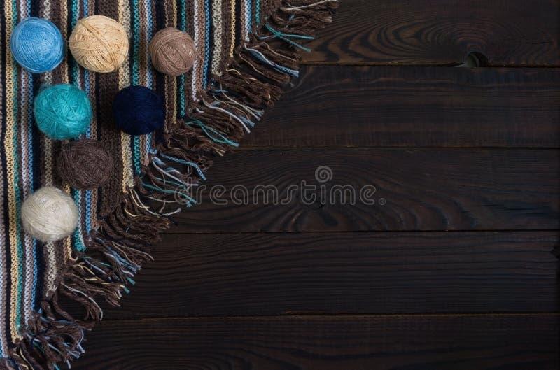 手工制造被编织的织品、编织针和球的片段 库存图片