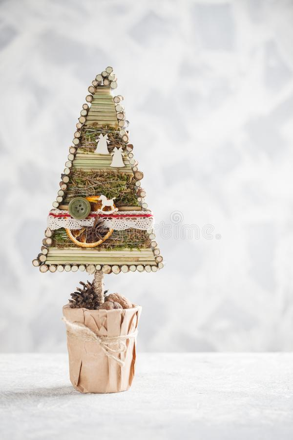 手工制造装饰的圣诞树 与拷贝空间的新年构想文本的 库存图片