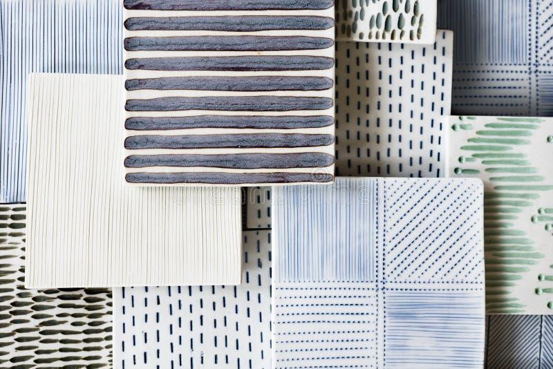 手工制造装饰黏土瓦片品种用不同的样式和颜色的 工艺,艺术,设计背景 库存照片