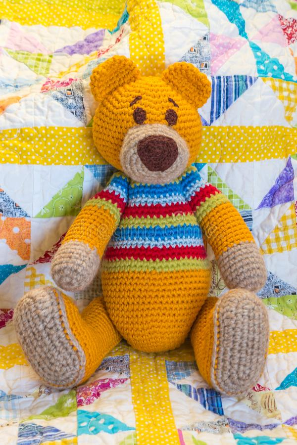 手工制造钩针编织玩具熊坐被子盖子 免版税库存照片