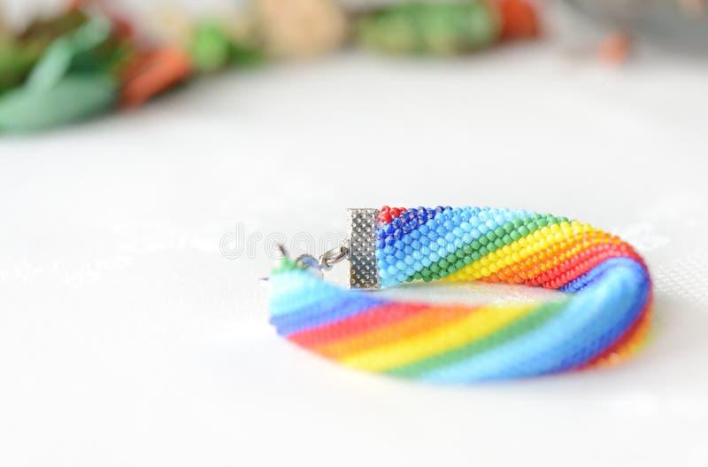 手工制造钩针编织的镯子彩虹颜色 免版税库存图片