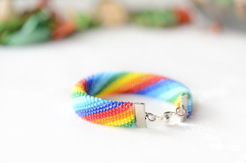 手工制造钩针编织的镯子彩虹颜色 库存照片