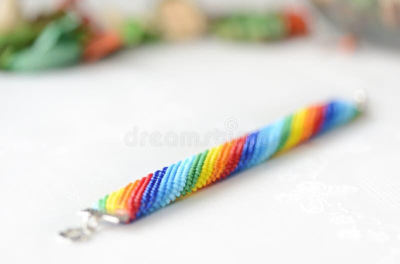 手工制造钩针编织的镯子彩虹颜色 库存图片